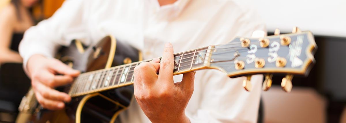 man playing the jazz guitar